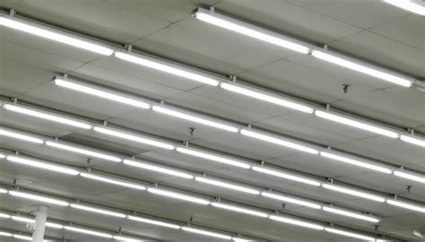 fluorescent lights flickering bulbs what causes flickering in fluorescent light bulbs sciencing