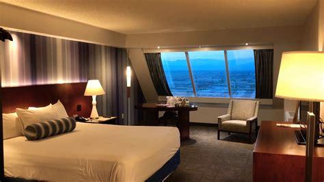one bedroom luxury suite luxor luxor las vegas cleo pyramid king deluxe room tour youtube