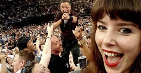 bruce springsteen fan bruce springsteen gives one lucky fan a selfie she ll