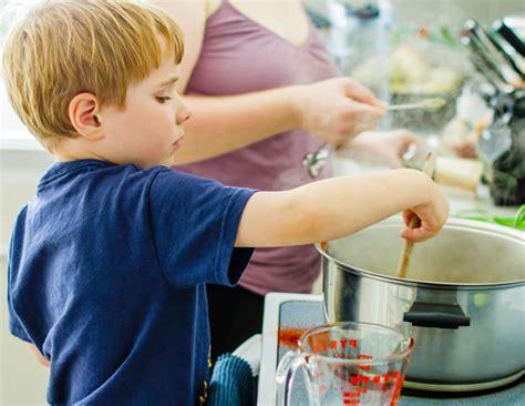 madrastra con su hijo en la cocina 161 mi hijo no quiere comer 5 consejos para mejorar la dieta