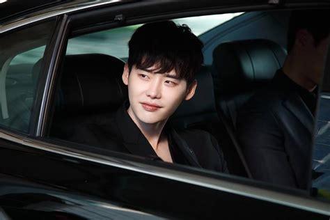 film pertama lee jong suk lee jong suk shares video message about w two worlds