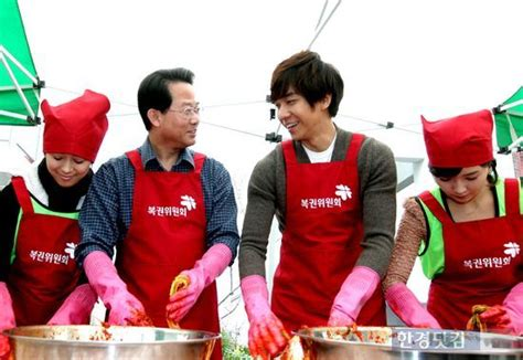 lee seung gi charity lee seung gi volunteers to make kimchi at charity event