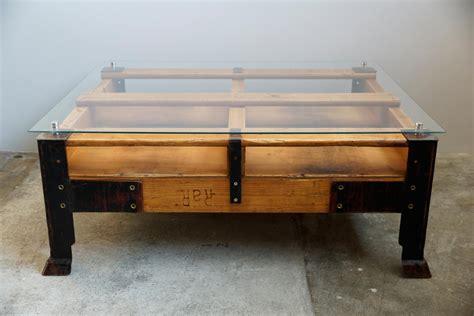 Table Basse Palette Industrielle avec Dessus en Verre en vente sur Pamono