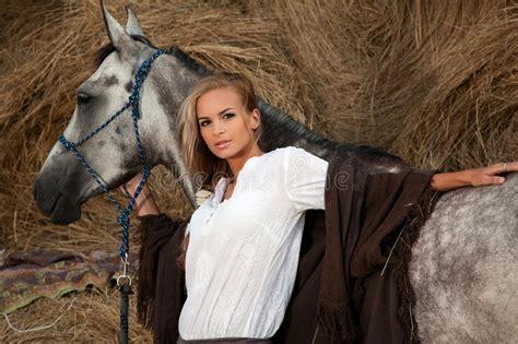 donna bionda con il cavallo immagine stock immagine donna bionda con il cavallo immagine stock immagine di