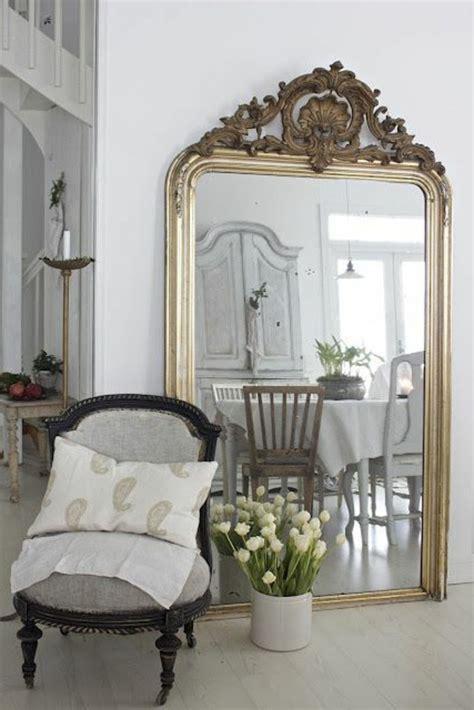 Ordinaire Armoire De Salle De Bain Avec Miroir #1: grand-miroir-ancien-salle-de-déjeuner-spacieuse-chaise-baroque.jpg