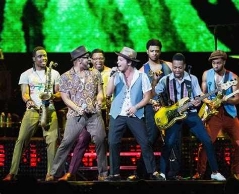 bruno mars moonshine jungle tour bruno and the band get on their dancing shows for locked