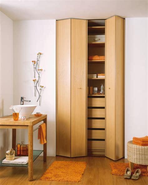 installer une porte de placard pliante consobrico
