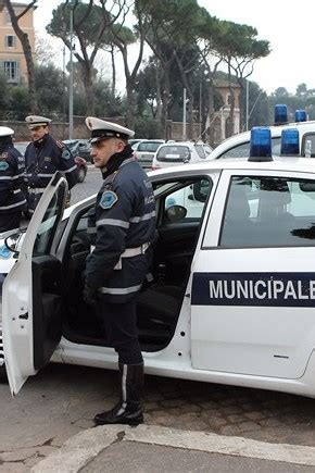 polizia municipale pavia no al e ai piedi nudipavia diventa capitale dei
