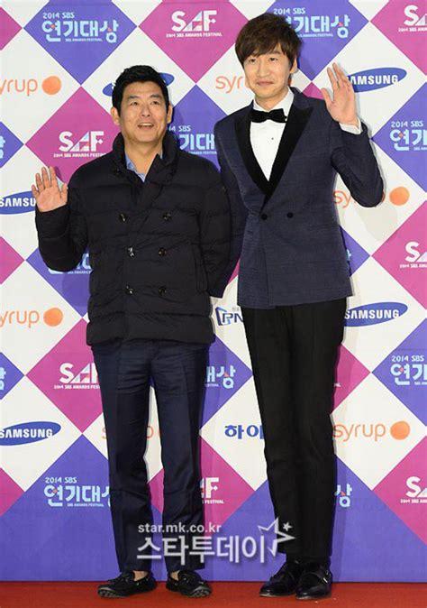 Kaos Running Kwangsoo style terburuk bintang drama korea di ajang penghargaan