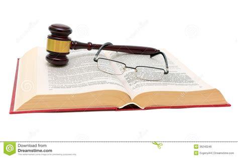 libro las leyes de la libro de leyes de vidrios y del mazo en el cierre blanco del fondo para arriba foto de archivo