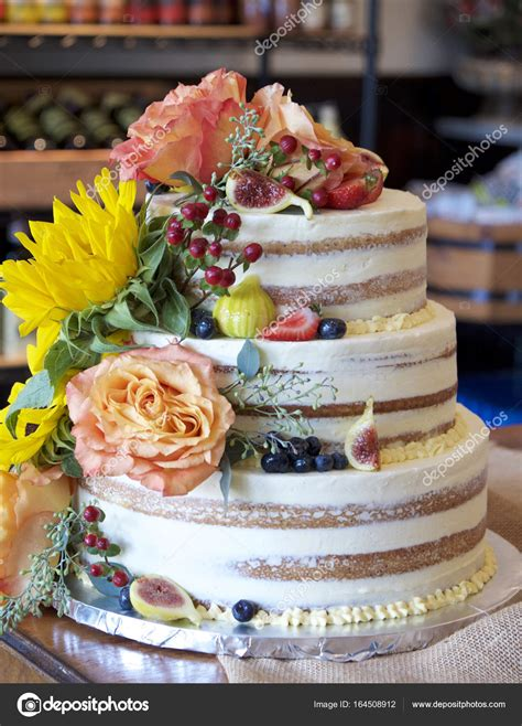 torta con fiori freschi nudo torta con fiori freschi e frutta foto stock