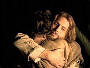 imagenes de jesus dando un abrazo jesus abraza a joven foto
