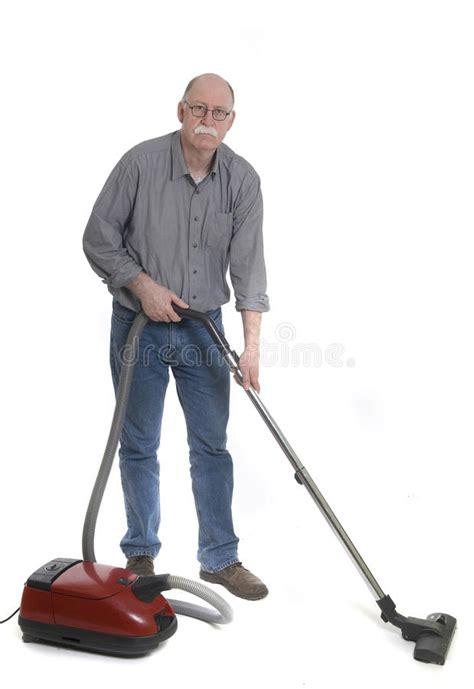 mann benutzt einen staubsauger stockbild bild