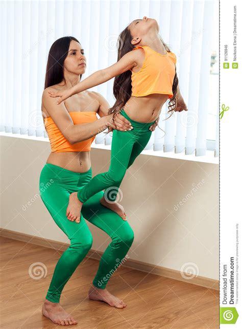 imagenes yoga para niños la giovane donna e la bambina eseguono le posizioni