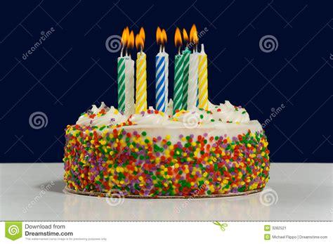 candele torta torta e candele di compleanno immagine stock immagine di