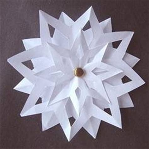 How To Make 3d Snowflakes Out Of Construction Paper - 3d paper snowflakes favecrafts