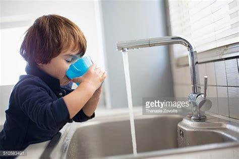 Kitchen Sink Leaking From Faucet Desperdicio De Agua Fotograf 237 As E Im 225 Genes De Stock
