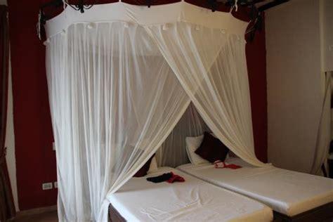 tende baldacchino letto a baldacchino con tende per eventuali zanzare