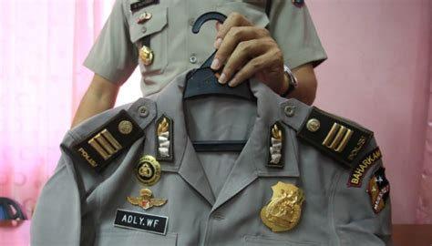 Baju Dinas Polisi Berpakaian Dinas Polisi Lengkap Pemuda Ini Datangi Samsat