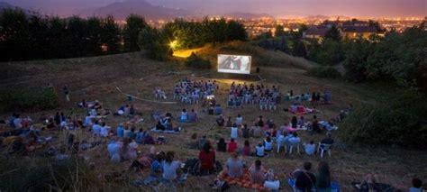 cinema giardino il cinema all aperto sdraiati nel giardino di palazzo