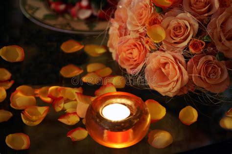candele e petali di rosa candele burning di e petali fotografia stock