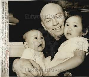 1975 press photo yul brynner and daughters melody and mia