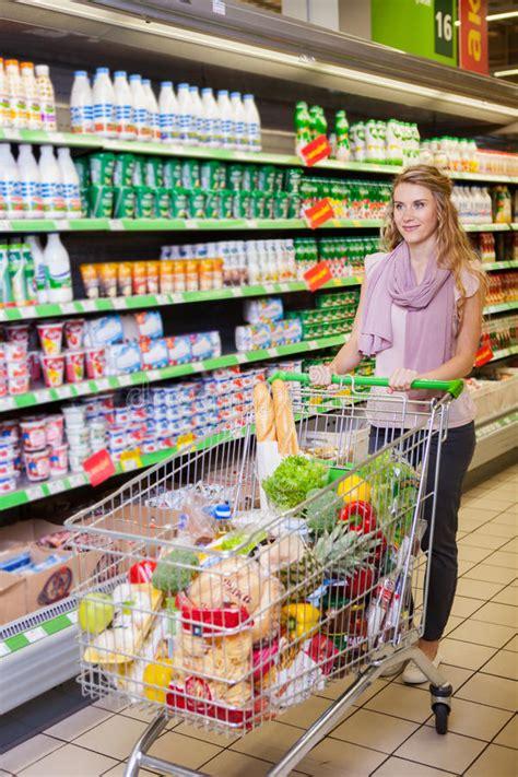 supermarkt wagen einkaufen der jungen frau und waren am supermarkt w 228 hlen