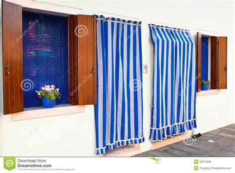 gordijnen wit gestreept gestreepte gordijnen en witte muren stock foto