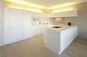 weiße küche arbeitsplatte funvit wohnzimmer grau rot