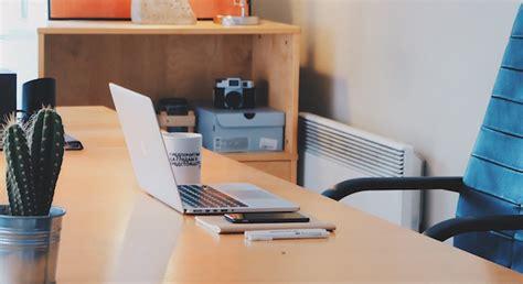 scrivania lavoro scrivania in ordine come ordinare la postazione lavoro