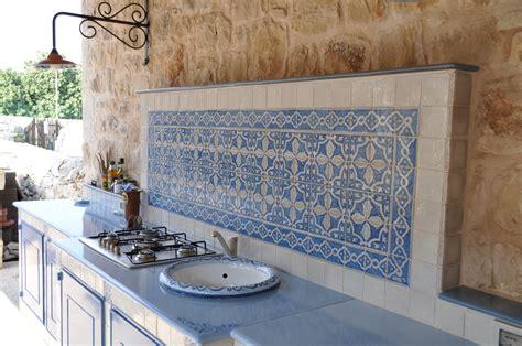 cucine con piastrelle cucina in muratura con piastrelle in terracotta e top in