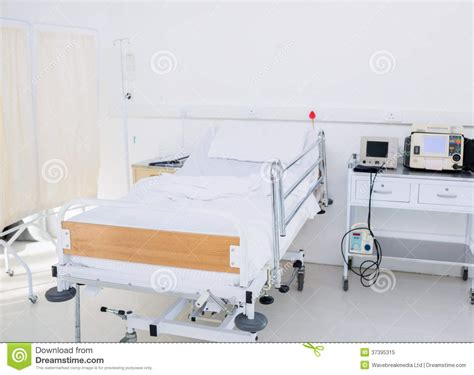 letto vuoto letto vuoto nella stanza di ospedale immagine stock