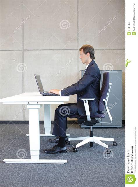 position assise bureau position assise correcte au poste de travail homme dans
