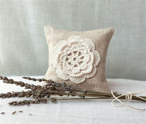 cuscini strani cuscini shabby con applicazioni di fiori all uncinetto