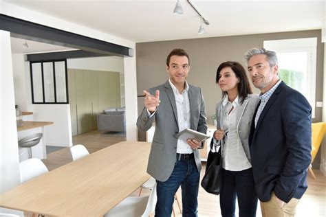 the benefits of hiring a real estate home magzine