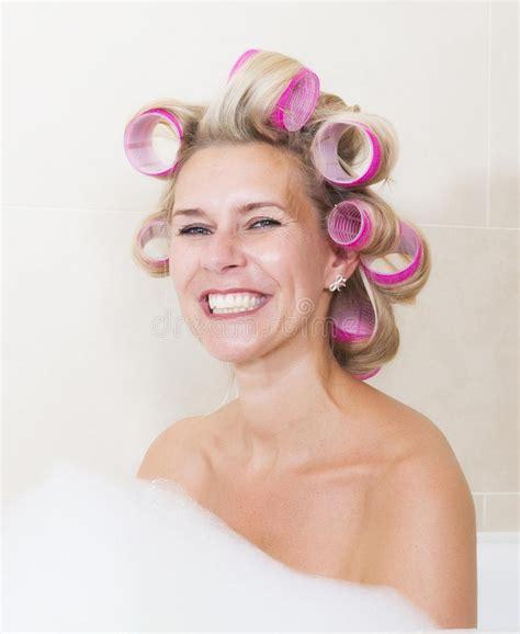 frauen mit lockenwicklern frau mit lockenwicklern in der badewanne stockfoto bild