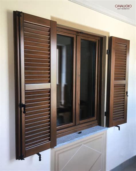 finestra con persiana finestra in legno con persiana in legno a paletta stretta