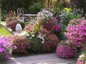 blumen auf der terrasse terrassengestaltung mit leuchtstarken blumen in pink