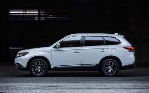 2019 Jeep Outlander by Comparison Mitsubishi Outlander Le 2018 Vs Jeep