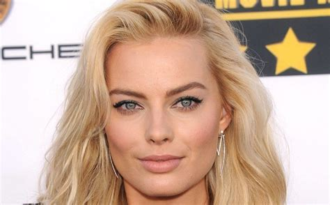 margot robbie headshot 15 margot robbie pics from head to toe fame focus