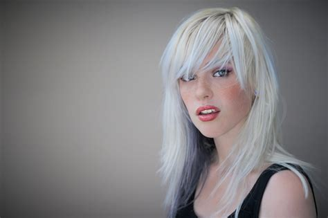 osphena models who is the white haired model in osphena commercial come
