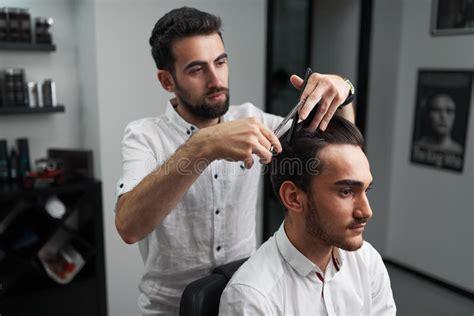cortando el pelo el peluquero cuidadoso est 225 cortando el pelo del cliente