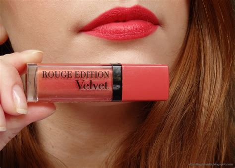 Borjouis Lipstick Replika Borjuis Velvet Lipgloss review bourjois edition velvet 04 club adjusting