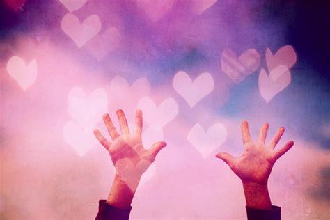 imagenes de love con las manos imagen de manos en fondo rom 225 ntico y colorido foto gratis