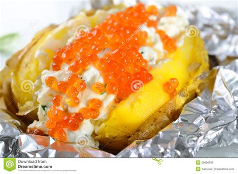 pomme de terre en chambre pomme de terre en robe de chambre avec le caviar photo