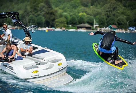 speedboot wakeboard wakeboarding tubing wakesurfing on a private speedboat