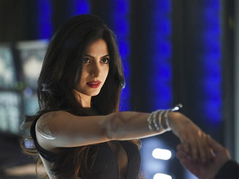 izzy televisin emeraude toubia shadowhunters izzy is sexy smart tv