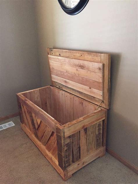 selbstgemachte spielzeugbox aus alten brettern diy