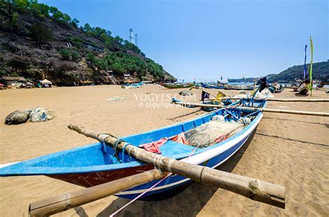 perahu perahu nelayan  bersandar sejenak pantai baron