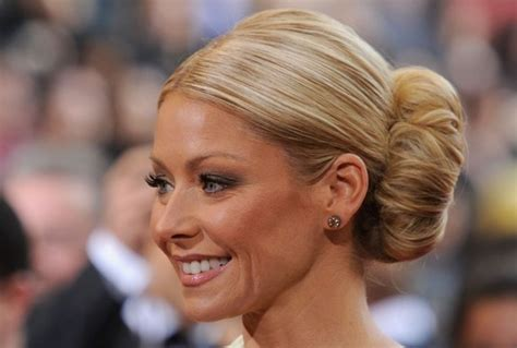 how does kelly ripa do her hair kelly ripa s oversized classic bun how to hairstyles